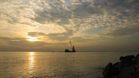 云彩和天空在日落前在Bangpu海边,暹罗湾有货船的航行过去在晚上时间 免版税库存图片