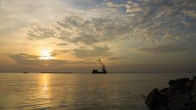 云彩和天空在日落前在Bangpu海边,暹罗湾有货船的航行过去在晚上时间 库存照片
