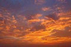 云彩和天空在日落 向量例证