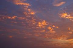 云彩和天空在日落 皇族释放例证