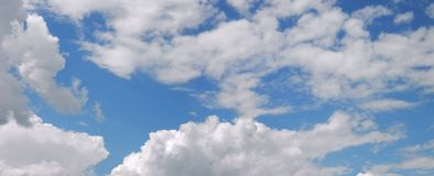 云彩和天空在春天 库存照片