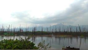 云彩和天空在湖 自然反射水 影视素材