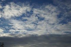 云彩和天空在秋天 免版税库存图片