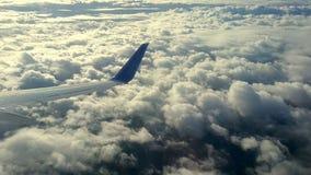云彩和天空如进行下去航空器的窗口 影视素材