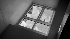 云彩和天空通过一个玻璃窗 库存照片
