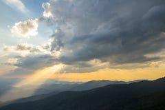 云彩和太阳光芒在蓝天 免版税库存照片