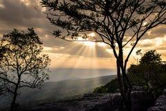 云彩和太阳光芒在顶面山 免版税图库摄影