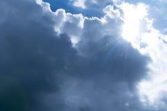 云彩和太阳火光 免版税库存图片