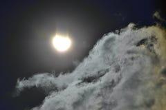 云彩和太阳蚀2015年3月20日在科鲁Napoca 库存照片