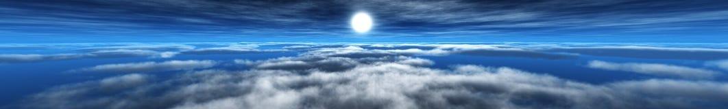 云彩和太阳,在天空,在云彩的太阳的光的全景 免版税图库摄影