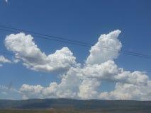 云彩和山在夸祖鲁纳塔尔米德兰平原 免版税库存图片