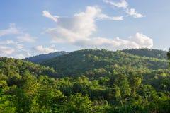 云彩和山在日出 免版税库存图片