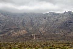 云彩和山在费埃特文图拉岛 免版税库存图片