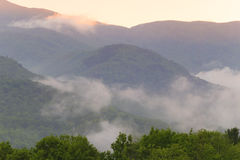 云彩和日落在山在Stowe,佛蒙特。 库存图片