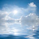 云彩和星期日反映在水中 库存图片
