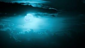 云彩和月亮。Timelapse 股票录像