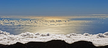 云彩和海运 库存照片