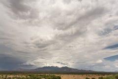 云彩和湿气在沙漠 免版税库存照片