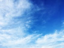 云彩和美丽的天空蔚蓝 免版税库存图片