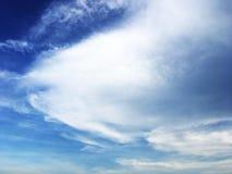 云彩和美丽的天空蔚蓝 免版税库存照片