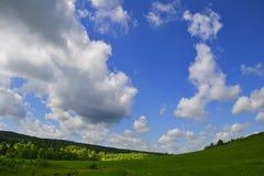 云彩和草甸 库存照片