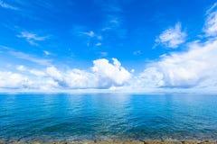 云彩和蓝色海洋,热带海岛 免版税库存图片