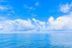 云彩和蓝色海洋 免版税图库摄影