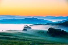 云彩和薄雾在草甸 库存照片