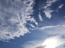 云彩和阳光在秋天 免版税库存图片