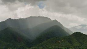 云彩和雨在山 库存图片