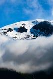 云彩和雪峰顶 免版税库存照片