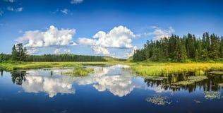 云彩和风景的蓝色镜子湖反射 安大略,加拿大 免版税图库摄影