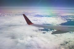 云彩和飞机的翼 免版税库存照片