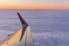 云彩和飞机翼的看法 免版税库存图片