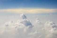 云彩和高昂的角度在飞机上 免版税库存照片