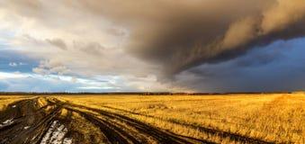 云彩在一个农村领域在秋天,俄罗斯,乌拉尔 免版税库存图片