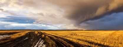 云彩在一个农村领域在秋天,俄罗斯,乌拉尔 免版税库存照片
