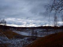 云彩在冬天期间小山 免版税库存图片