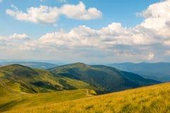 云彩在夏天喀尔巴阡山脉期间 库存图片