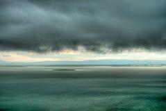 云彩在多雨风暴的hdr湖 免版税图库摄影