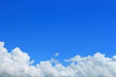 云彩在天空下 免版税库存图片