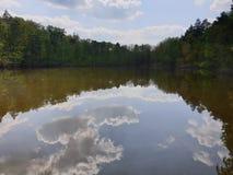 云彩在水中 免版税库存图片