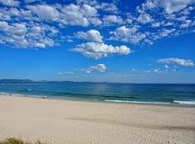 云彩在海洋的被填装的天空 免版税库存照片