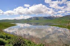 云彩在湖被反射 库存照片