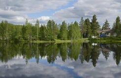 云彩在湖 库存图片