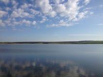 云彩在湖 免版税库存图片