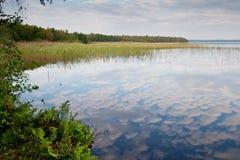 云彩在湖 库存照片