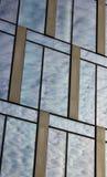 云彩在现代办公楼窗口反射了  免版税库存图片