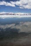 云彩在神圣的拉昂错中无冰的水被反射  免版税库存照片