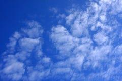 云彩在蓝天背景中 免版税库存图片